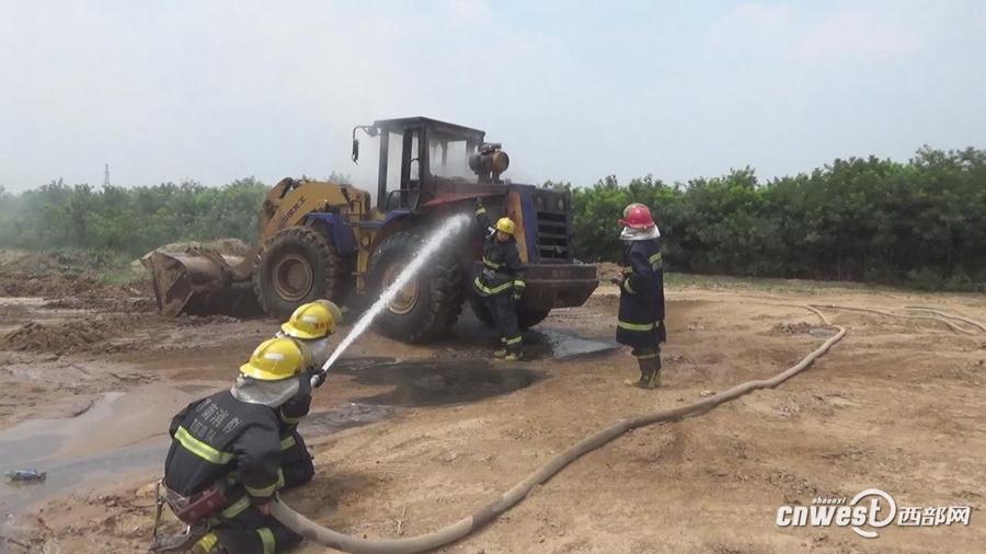 还不配灭火器 韩城一铲车施工中自燃 没有灭火器求助消防