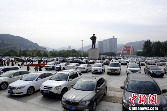 图为延安革命纪念馆的停车场停满车。 高庆国 摄