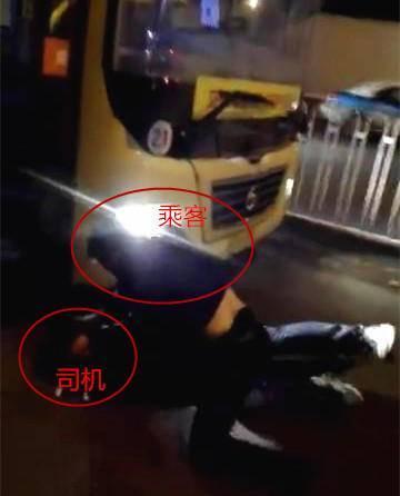 咸阳公交再起司乘冲突 司机被乘客压在地上打