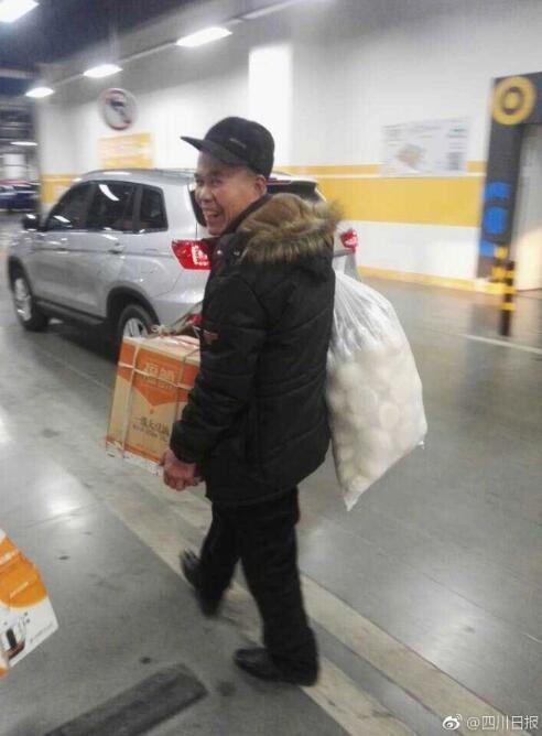 渭南老人坐近4小时火车 背挂馒头去儿子家过年