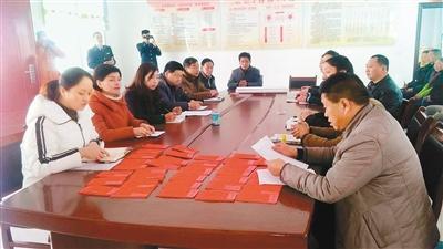商洛丹凤42户贫困村民 喜领产业扶贫分红资金