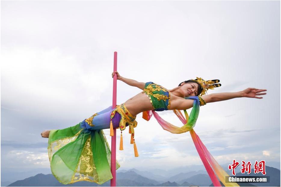 """浙江龙泉山上演柔美钢管舞 舞者演绎""""嫦娥奔月"""""""