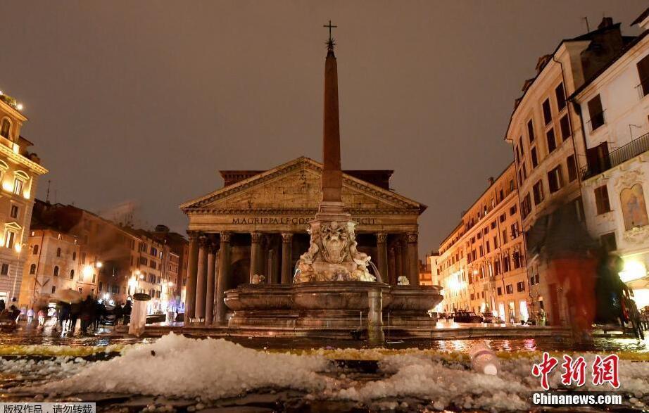罗马遭遇暴雨冰雹夹击 民众出行受阻