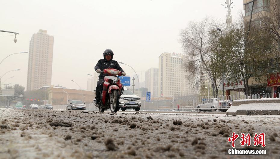 青海西宁降下大雪 道路结冰影响市民出行