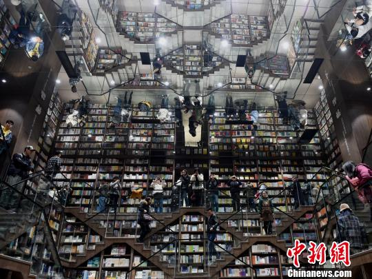 重庆一商场现巨型书架