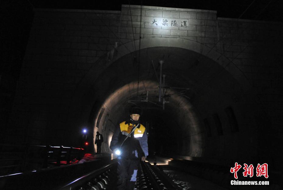世界高铁第一高隧守护者:手冻得裂口