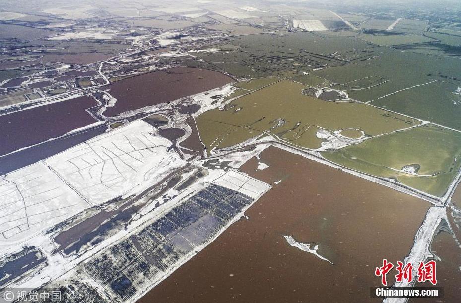 降雪后盐湖色彩斑斓