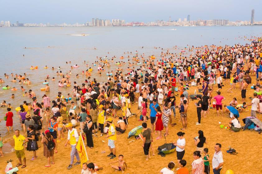 端午节海口10万人洗龙水 场面壮观